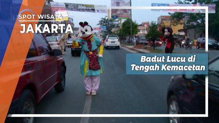 Badut Lucu Hiburan di Tengah Kemacetan, Jakarta