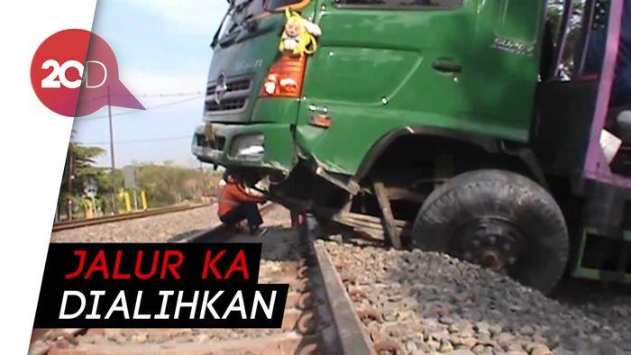 Diduga Sopir Ngantuk, Truk Trailer Nangkring di Rel KA