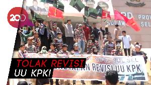 Ricuh! Massa Tolak Revisi UU KPK di Makassar Bentrok dengan Polisi