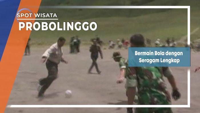Bermain Bola Berseragam Dinas Lengkap di Lautan Pasir Probolinggo
