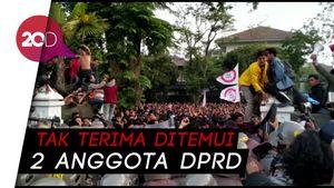 Demo Mahasiswa Bandung Ricuh: Gerbang DPRD Jebol, Batu Beterbangan