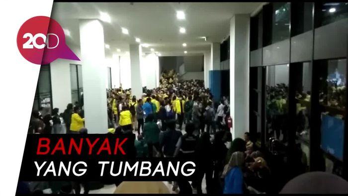 Hindari Gas Air Mata, Pendemo Kabur ke Gedung Latihan GBK