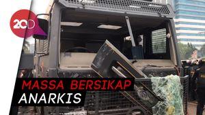 Mobil Pelat Merah dan Kendaraan Taktis Polisi Diamuk Massa di DPR