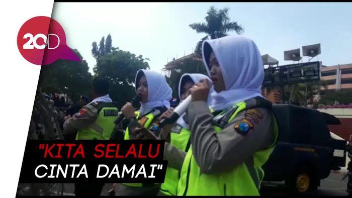 Lantunan Asmaul Husna dari Polwan Surabaya Sambut Para Demonstran