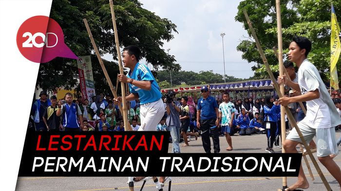 Keseruan Balap Enggrang di Pekan Olahraga Tradisional