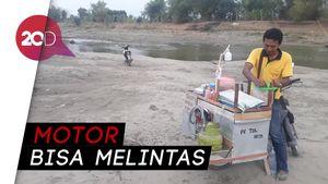 Air Surut, Pedagang Jualan Siomay di Tengah Bengawan Solo