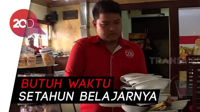 Terjawab Sudah Cara Pelayan Bawa Piring di Rumah Makan Padang