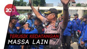 Tegang! Massa Demo Buruh dan Jiwasraya Gesekan di Depan DPR
