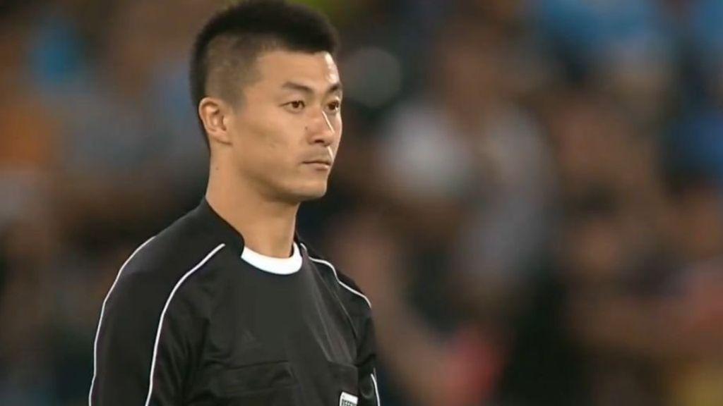 Kocak! Beredar Meme-meme Lucu Wasit Fu Ming di Piala AFF 2016