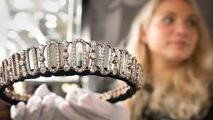 Tiara Putri Diana Dilelang
