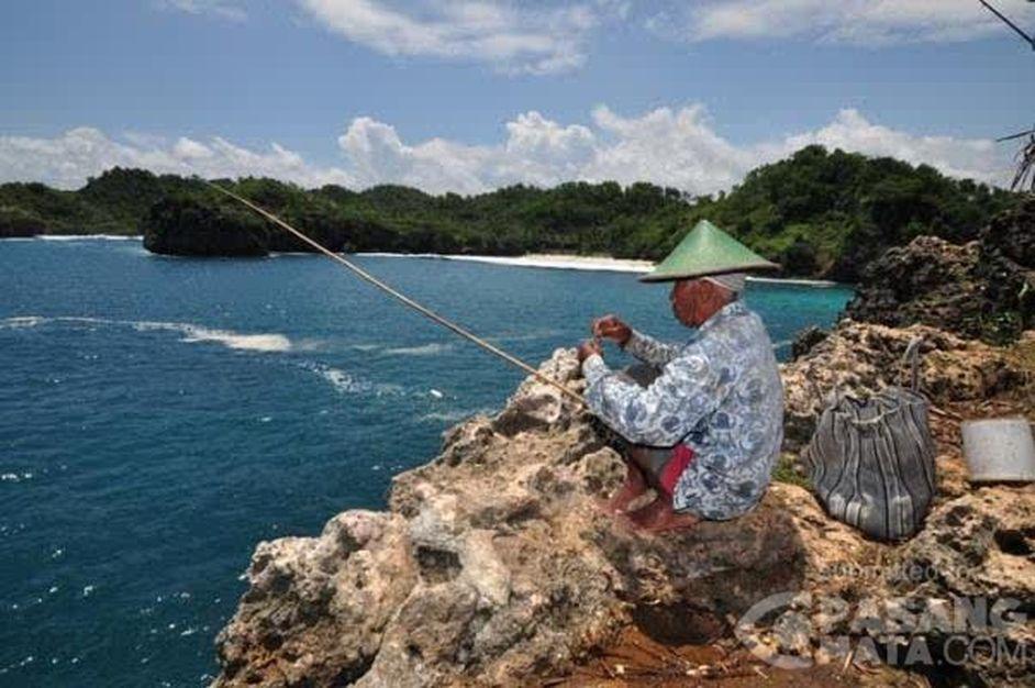 Hasil gambar untuk memancing di pantai srau