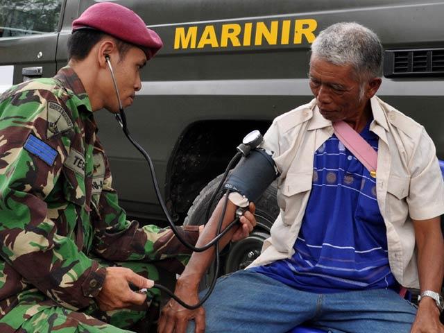 Marinir Periksa Kesehatan Warga Korban Merapi