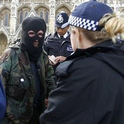 Sekelompok Orang Bermasker Gelar Aksi Anti Royal Wedding