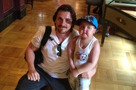 Christian Bale Ajak Anak Penderita Leukemia Main di Disneyland