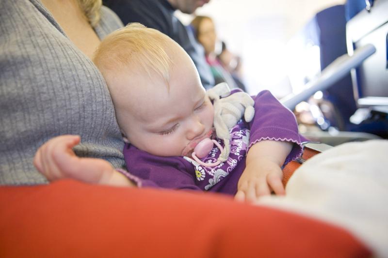Pertama Kali Terbang Bersama Bayi? Ini 5 Tipsnya