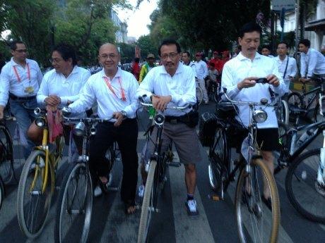 Peserta SOM III APEC Gowes Onthel di Medan
