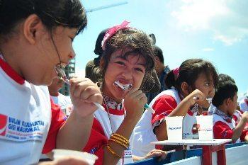 Lucunya Ekspresi Anak-anak SD Menyikat Gigi Beramai-ramai