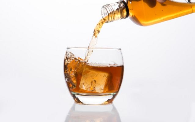 Minuman Alkohol Ilegal Tewaskan 42 Warga India