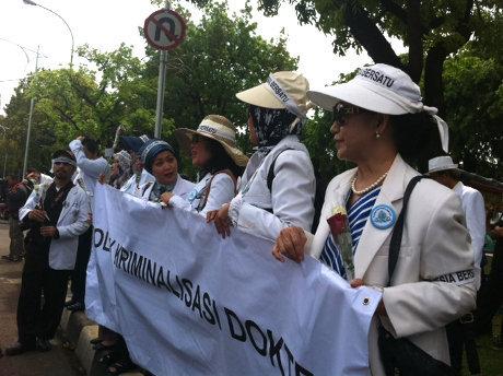 Gaya Trendi Dokter Wanita yang Berdemo Mendukung dr Ayu