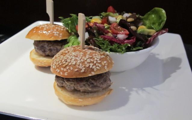 <i>Burger</i> Ukuran Mini dan <i>Pad Thai</i> Untuk Si Kecil Bisa  Dinikmati di <i>InterContinental Hotels & Resorts</i>