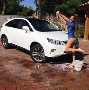 Cuci Mobil Baru, Bar Refaeli Berbikini dan Basah-Basahan