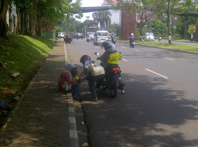 Ibu ini Mengemis di Pinggir Jalan di Cijantung Sambil Gendong Anaknya yang Sakit