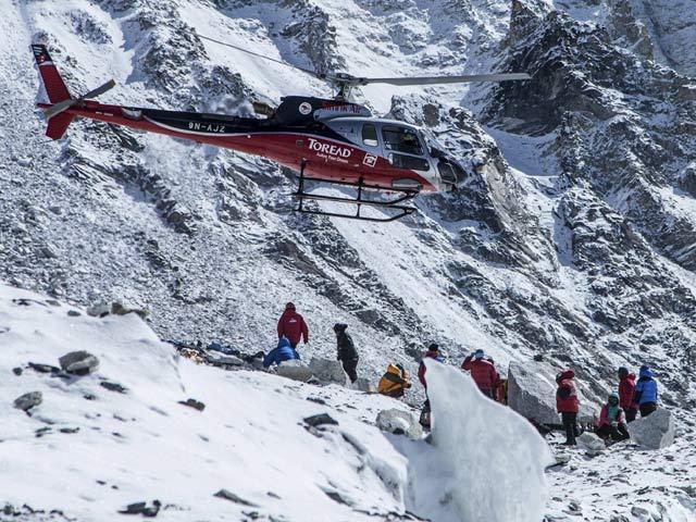Helikopter Evakuasi Pendaki Gunung Everest