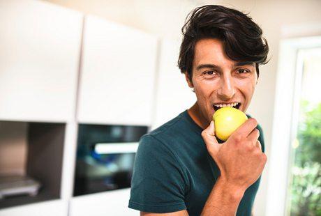 Agar Tak Tergoda Beli Makanan Tak Sehat, Coba Makan Apel Sebelum Belanja