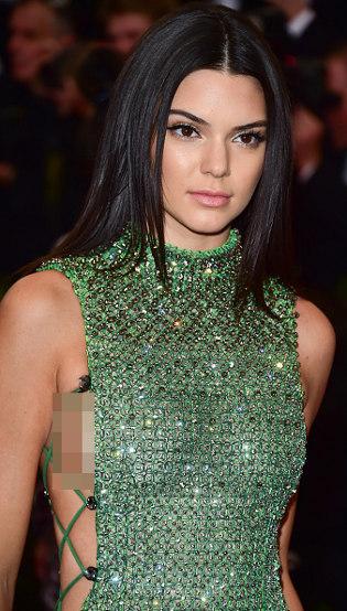 Setelah Kylie <i>Filler</i> Bibir, Kendall Jenner Diduga Implan Payudara