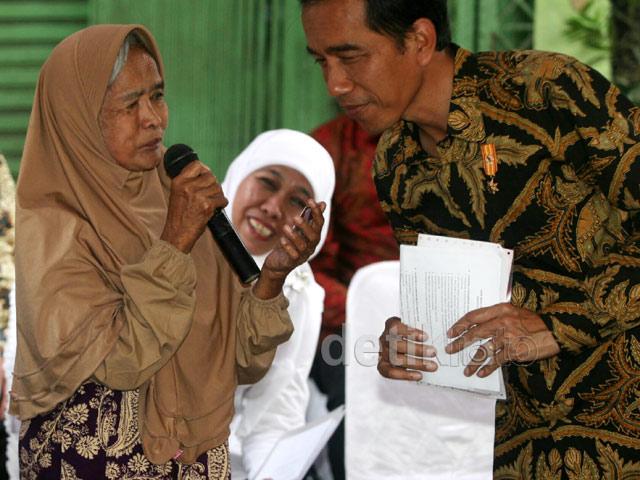 Jokowi Bagikan 3 'Kartu Sakti' di Kampung Melayu