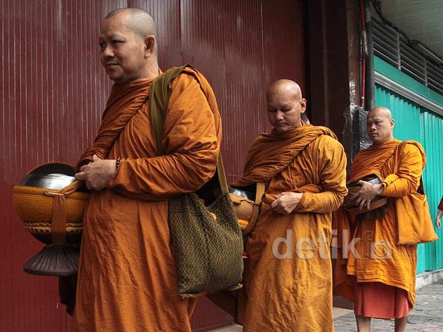 Biksu Lakukan Prosesi Pindapata di Magelang