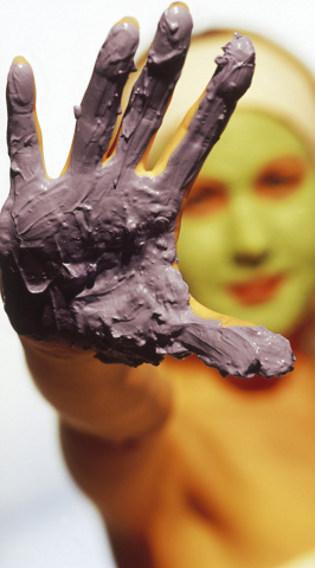 Bisakah Masker Lumpur dan Arang Dipakai untuk Rawat Kulit Berjerawat?