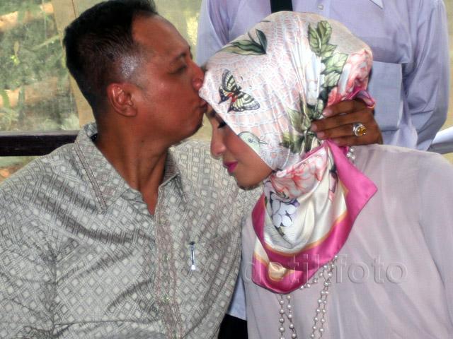 Arzetti Dicium dan Dipeluk Mesra Suami