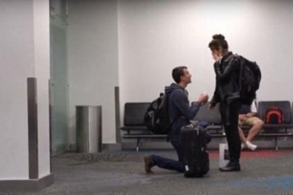 Traveler Ini Melamar Pasangannya di Terminal Bandara Selandia Baru