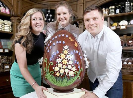 Pasangan Ini Pilih Kue Pernikahan Berbentuk Telur Paskah Raksasa