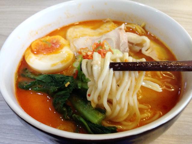 Slruup! Pedas Segar <i>Spicy Miso Ramen</i> Berkaldu Ayam