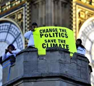 Greenpeace Duduki Atap Parlemen Inggris