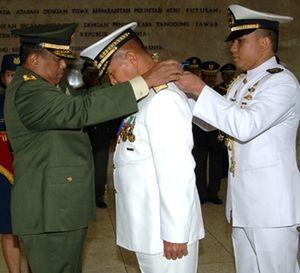 Panglima TNI Sematkan Penghargaan