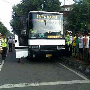 Bus Kota Hantam Motor dan Becak