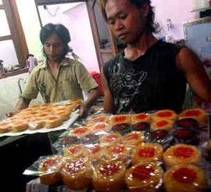Omzet Pedagang Kue Khas Imlek Naik