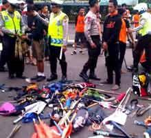Polisi Tahan Puluhan Jakmania, Senjata Tajam Ikut Disita