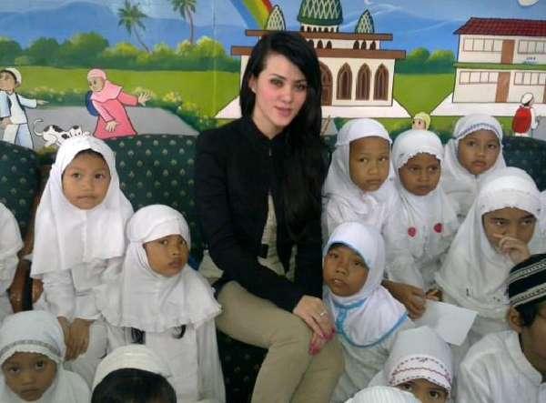 Ultah ke-26 Angel Lelga bersama Anak Yatim