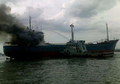 KM Maharani Terbakar di Tanjung Perak