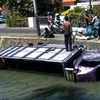 Kemudi Macet, Truk Muat Arang Nyebur Sungai