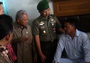 Menhan Jenguk TNI Korban Penembakan