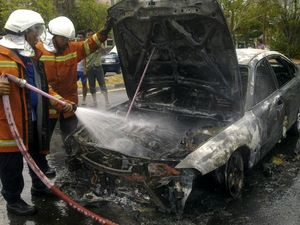 Sedan Ford Ludes Terbakar