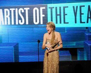 Taylor Swift Kaget Menang Piala \Artist of the Year\