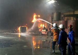 Pabrik Cat di Kenjeran Terbakar