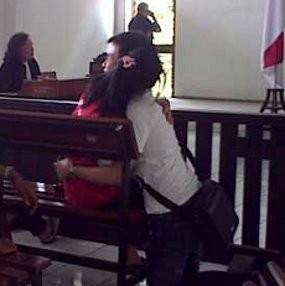 Dituduh Menculik Anak Kandung, Fransisca Pingsan Di Pengadilan
