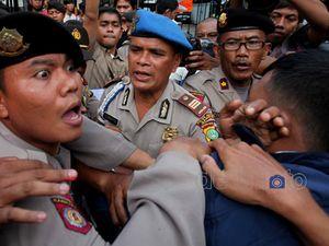 Aksi Dorong Warnai Demo BBM di Kantor Jero Wacik